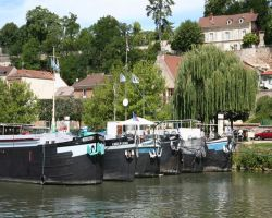 Barges in formation in Conflans-Ste-Honarine