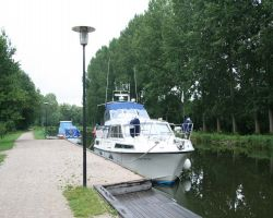 Quiet canalside moorings next to the campsite at Corbie