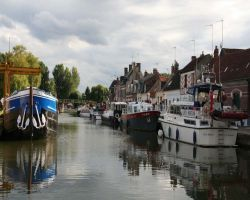 Sheltered from the wash of passing barges at Pont l'Ev�que
