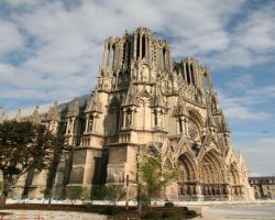 2500 statues adorn the face of the Notre Dame cathedral