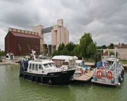 Cond�-sur-Marne keeps its unattractive parts by the canal